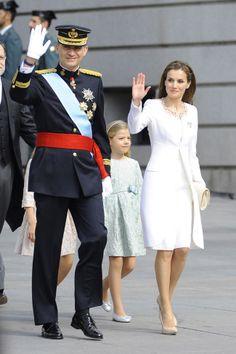 Letizia escoge a Felipe Varela para su primer vestido de Reina 19-06-2014   Letizia escoge un look corto y en blanco para la proclamación de Felipe VI.