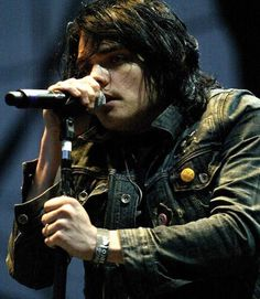 Gerard Way live revenge era? << oh cute