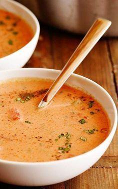 Tomatensoep is zonder twijfel de 'numero uno' onder de soepen. Eet ze puur, met kip, vleesballetjes of doe eens eigenzinnig en serveer ze met krab en verse basi