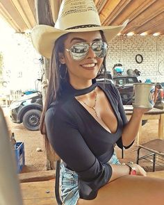 Photo with his hat! Hot Country Girls, Country Girls Outfits, Country Girl Style, Country Women, Country Music, Sexy Cowgirl Outfits, Rodeo Outfits, Sexy Outfits, Foto Cowgirl