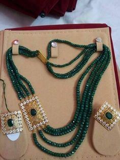 Emerald beads Beaded Jewelry Designs, Gold Jewellery Design, Bead Jewellery, Jewelry Patterns, Necklace Designs, Pearl Jewelry, Antique Jewelry, Jewelery, Indian Wedding Jewelry