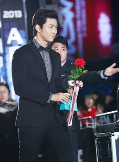 Oh dear if Taec gave me a flower I would die!!❤️#2PM Taecyeon Apologizes For His Tweet About JYP Entertainment More: http://www.kpopstarz.com/articles/72107/20140106/2pm-taecyeon-apologizes-for-his-tweet-about-jyp-entertainment.htm