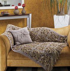 Manta com almofada no sofá, além de decorar é puro conforto.