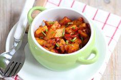 Mediterrane aardappelschotel - bak aardappelblokjes in airfryer, fruit ondertussen ui, paprika, knoflook, tomaat en pepertje. Voeg op het laatst door aardappeltjes en bak nog even na.