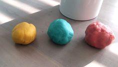 Een aantal jaar geleden ontdekte ik op internet dat je gewoon zelf klei kan maken. Niks dure potjes meer met Play-Doh klei halen. Gewoon zelf maken dus. Het was zo simpel en eigenlijk zo gemaakt. En het resultaat was geweldig. Gewoon echt klei. Waar ze uren mee konden spelen. Hoe je het moet maken? Hier het recept! Wat heb je nodig? 1 eetlepel zonnebloemolie 1/3 kopje Zout 1 kopje bloem 1/4 kopje water 1 eetlepel witte wijnazijn (kan ook zonder, maar met maakt het wel iets elastisch...