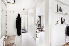 Carreaux de ciment et tapis aux couleurs épicées font la déco de ce deux pièces de 40 m² où la cuisine se décline en tons blancs et noirs, réchauffés par du bois sombre. Elle incite à cuisiner et à pr
