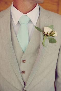 Elegantes y perfectos trajes de novio café claro con detalles en verde menta y boutoniere en color durazno para una ceremonia en la mañana o en jardín.