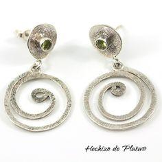 Pendientes de plata  realizados de manera artesanal con gema peridoto. Únicos  y originales de Hechizo de Plata Joyería