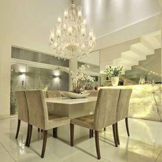 Sala de jantar com pé direito duplo  Bar em Ônix translúcido e pendente de cristal  Projeto e foto by Maisa Arquitetura e Interiores.