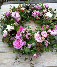 Planning a wreath making workshop at Splendor Mountain Funeral Flower Arrangements, Funeral Flowers, Floral Arrangements, Corona Floral, Wreaths And Garlands, Floral Wreaths, Sympathy Flowers, Diy Wreath, Wreath Making