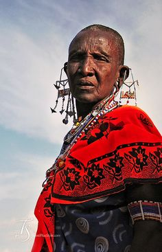Visiting a Maasai homestead when in Masai Mara or thereabouts is a popular activity, sold by the safari tourism industry … African Great Lakes, Maasai People, East Africa, Kenya Africa, Female Head, Female Face, African Tribes, African Art, Unity In Diversity