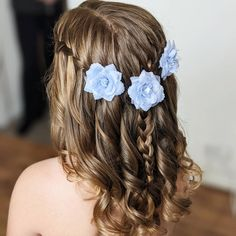 If you have a wedding coming up and your daughter seems like a good fit for a role of a flower girl - you're exactly where you need to be! You can ask... Pigtail Hairstyles, Flower Girl Hairstyles, Retro Hairstyles, Popular Hairstyles, Loose Hairstyles, Wedding Hairstyles, Tight Braids, Long Braids, Gorgeous Blonde