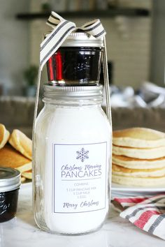 Looking for a fun holiday gift idea? This Christmas Morning Pancakes in a Jar Gift Idea with Printables is sure to make Christmas morning a hit! Mason Jar Christmas Gifts, Diy Holiday Gifts, Mason Jar Gifts, Homemade Christmas Gifts, Mason Jar Diy, Homemade Gifts, Christmas Ideas, Christmas Crafts, Gift Jars