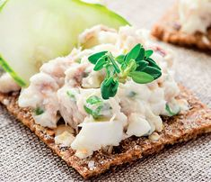 Sardines are loaded with fatty acids. Put them to good use in this recipe where they combine with green onions, cream cheese, horseradish and lemon juice for a spicy and savory spread that's perfect for topping crackers, toast or baguettes. Halloumi Burger, Smoked Mackerel Pate, Crisp Bread, Pate Recipes, Toast, Romanian Food, Romanian Recipes, Delish, Seafood