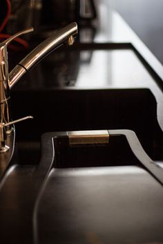 Apartamento 52 │ A cuba em quartzo da empresa Fabrinox deu todo o charme para a bancada - Modelo Waterfall Magma, na cor preta.