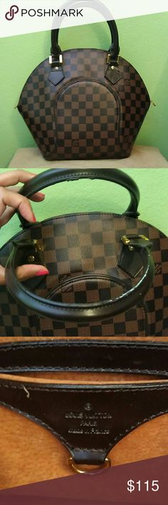 Louis Vuitton Damier Purse A little scuffed up handles but overall great condition Willing to accept reasonable best offers. Please make an offer through the offer button. Louis Vuitton Bags Shoulder Bags