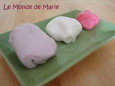300g de pâte à sucre : 250g de sucre glace + 1/2 blanc d'oeuf + 1cs de sirop de glucose + Colorants et/ou aromes naturels