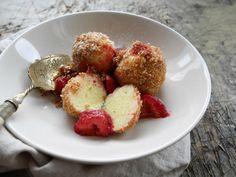 Topfenknödel / warme Erdbeeren / Butterbrösel - Essthetin