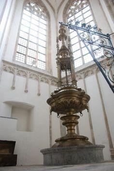 De doopvont in de Grote Kerk. De geelkoperen doopvont met de kunstige gesmede kraan, waar het deksel aan hangt. De vont werd in de eerste helft van de 16de eeuw in de zuidelijke Nederlanden gegoten.