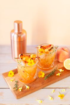 Bourbon Cocktails, Summer Cocktails, Cocktail Recipes, Bourbon Smash, Sweet N Spicy, Peach Slices, Grilled Peaches, Bbq Party, Spring Recipes