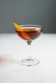 A perfect Manhattan cocktail made with rye whiskey, both sweet and dry vermouth, bitters, and a cherry. Served straight up in a coupe glass. Whiskey Cocktails, Classic Cocktails, Cocktail Drinks, Fun Drinks, Beverages, Pink Cocktails, Fall Cocktails, Winter Drinks, Manhatten Cocktail
