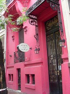 Puerta de un petit hotel en el Barrio de Palermo. Buenos Aires, Argentina