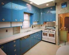 The Louis Armstrong House Museum: Historic Mid Century Homes To Visit - Retro Renovation - The kitchen in Louis Armstrong's Queens, NY home. Look at that glossy blue on the cabinets! Louis Armstrong, Metal Kitchen Cabinets, Retro Renovation, Mid Century House, Vintage Kitchen, Kitchen Retro, Retro Kitchens, Kitchen Design, Kitchen Ideas