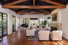 Jodie Foster vend sa villa hollywoodienne pour $5,75 millions. Ici le suggestif salon.