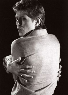 Posing for a portrait in 1977. | David Bowie: A Life In Pictures - BuzzFeed News