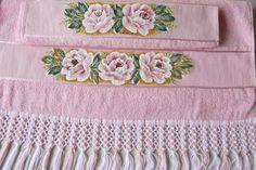 Jogo de toalhas cor rosa, sendo 1 toalha de banho e 1 toalha de rosto, de excelente qualidade, pintadas a mão, e acabamento em macramê com fio Brisa.  Frete por conta do cliente. R$ 140,00