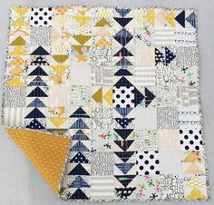 31 Ideas for patchwork baby quilt flying geese Quilt Baby, Scrappy Quilts, Mini Quilts, Patchwork Vol D'oie, Patchwork Baby, Quilting Projects, Quilting Designs, Quilting Ideas, Low Volume Quilt