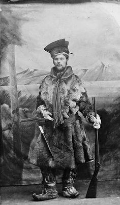 Sami man in traditional winter clothing. Samisk mann i tradisjonelle vinterklær.