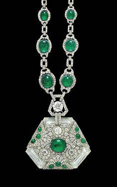 Collar de ANITA DELGADO,  maharani de Kapurtala, de estilo Art Deco, diseñado en Europa, cuenta con una esmeralda, un diamante y un cristal de piedra pertenecientes a la colección del maharajá, un regalo de éste a su esposa con motivo de su 19 cumpleaños.    El collar, que anteriormente había sido un adorno del elefante favorito del rajá y que pasó a ser una de las joyas más apreciadas de su quinta esposa. Subastado en Christie´s en 2007