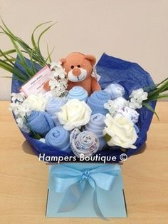 Baby bouquets made from bodysuits, socks, hats, scratch mits, muslin squares Dyi Crafts, Baby Crafts, Crafts To Do, Baby Bouquet, Gift Bouquet, Baby Shower Themes, Baby Shower Gifts, Shower Ideas, Diaper Cake Basket