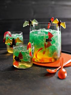 Drachenblut Lemonade drink and jelly with Waldmeister flavor for children {Halloween Party Drink} Creepy Mist DrinksBlack lemonadeThe BEST Halloween Party Recipes {Spooktacular DesBloody drinks for HalloweenHalloween punch for scary Halloween drinks Halloween Desserts, Cocktails Halloween, Hallowen Food, Halloween Treats For Kids, Halloween Party Snacks, Halloween Night, Easy Halloween, Halloween Horror, Flavored Lemonade
