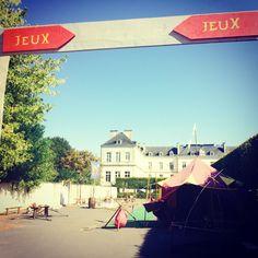 Nous étions hier dans les coulisses des Médiévales de Tonnerre, qui vous attendent tout le week-end sous un beau soleil ! Ici, les jeux pour enfants