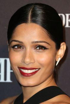 Freida Pinto  avec un maquillage rehaussé d'un trait d'eyeliner, pour intensifier son regard de braise !