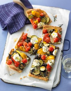 Ratatouille-Tarte vom Blech A spicy cake with fresh vegetables and herbs must not be missing at any party Vegan Appetizers, Finger Food Appetizers, Finger Foods, Appetizer Recipes, Ratatouille, Quiches, Fun Easy Recipes, Easy Meals, Fresco