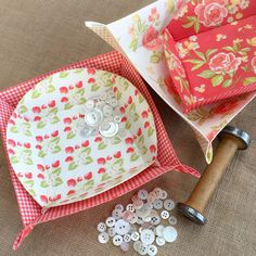 Carried Away Quilting makes the Tray Chic project (fabric trays) using Lazy Girl Designs pattern and Fig Tree & Company / Moda fabrics: Strawberry Fields Revisited.