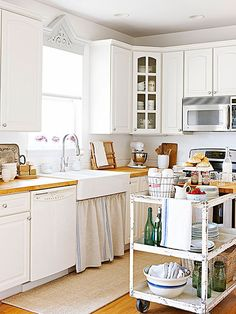 Employ tarnished patinas, tag-sale furniture, and old-fashioned kitchen textiles to weave vintage vibes throughout new kitchens. Cocina Shabby Chic, Shabby Chic Kitchen Decor, Estilo Shabby Chic, Shabby Chic Homes, Kitchen On A Budget, New Kitchen, Vintage Kitchen, Kitchen Carts, Kitchen Ideas