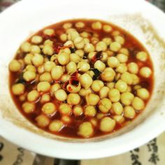 Chickpeas in tomato soup with garlic, sweet dry peperoni, fresh parsley and black pepper