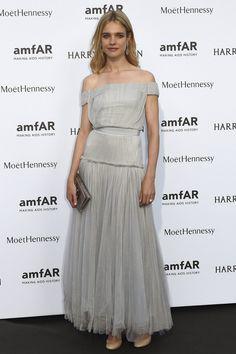 Natalia Vodianova con vestido gris perla con capas y capas de tul, de Versace.