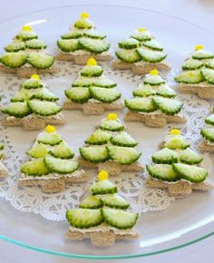 Healthy Christmas Snacks - Clean and Scentsible- Cute cucumber Christmas tree sandwiches! Click through for lots of other fun and healthy Christmas food ideas. Great for Christmas parties, a fun Christmas lunch, or Christmas class snacks! Healthy Christmas Recipes, Holiday Snacks, Christmas Snacks, Xmas Food, Christmas Appetizers, Christmas Cooking, Holiday Recipes, Christmas Sandwiches, Party Recipes