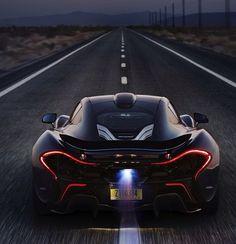 McLaren P1 : 20 ans après avoir révolutionné le monde de la F1 McLaren récidive avec la P1. Réussie à tous points de vue, formidablement puissante (916ch), agile, rapide(vitesse max : 350 km/h), c'est l'une des plus excitantes voitures jamais construites.