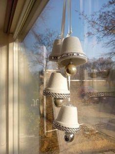 Kerstklokken gemaakt van bloempotjes, mooi lint om de rand. Potjes in je eigen kerstkleur verven!