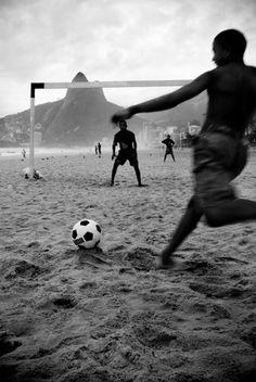 Jornal do Brasil - Fotos e Vídeos - Exposição fotográfica 'Peladas - A alegria do futebol de rua' é lançada na Facha