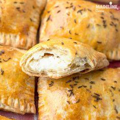 Placintele cu branza si chimen / Cheese caraway empanadas - Madeline.ro Empanadas, Pain, Brunch Recipes, Ricotta, Mozzarella, Bread, Cheese, Breakfast, Food