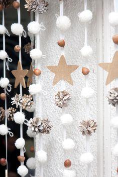 Самодельная гирлянда на фоне белой стены Christmas Mood, Merry Christmas And Happy New Year, Christmas Lights, New Year Diy, Diy And Crafts, Crafts For Kids, Easy Homemade Gifts, Christmas Wonderland, Winter Wonderland