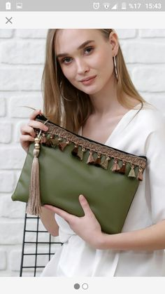 Green purse, Women use handbag models to carry their particular belongings with them. Bags are hand-held whilst the grips of the models aren't good enough to be put on the shoulder. Handbag models contain these in large styles and these in small sizes. Diy Bags Purses, Cheap Purses, Cheap Handbags, Luxury Handbags, Purses And Handbags, Popular Handbags, Luxury Purses, Purses Boho, Expensive Handbags