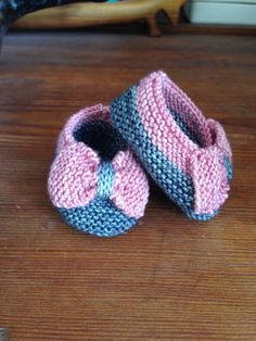 """Bows before bros"": such charming and girly baby slippers. An alteration of the ""Saartje's Booties"" pattern. Both original and altered pattern available in Ravelry and free."